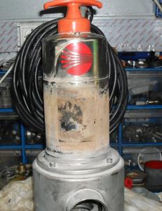 Пример перегрева двигателя насоса, работавшего не полностью погруженным в воду